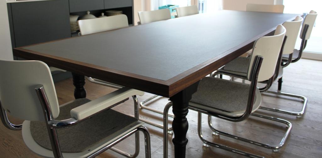 Die Tischbeine gehörten zu einem Tisch - ein altes Erbstück - der war aber zu klein - also neue Tischplatte - Linoleum mit massiver Nußbaumkante