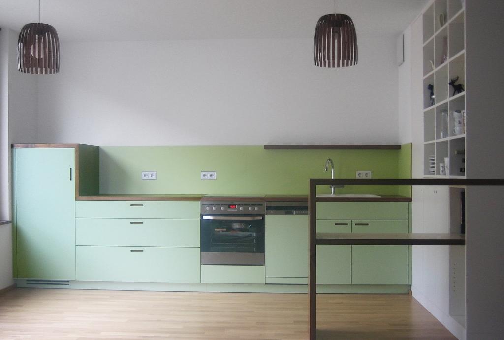 Eine Küche als Möbel gedacht - Nußbaumarbeitsplatte und beschichtete Mdf-Fronten mit eingefrästen Griffen