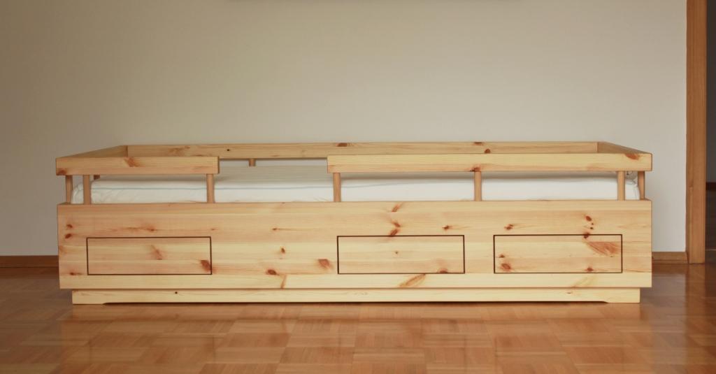 Kinderbett mit drei Schüben. Klassisch geführt, ohne Metall