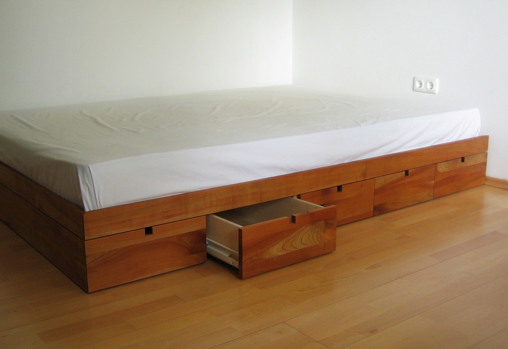 ein Bett für Wohnungen mit wenig Stauraum